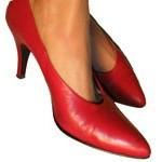 Füße mit roten Hackenschuhen