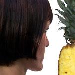 Frauengesicht und Ananas