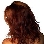 Frauenkopf mit langen roten Haaren