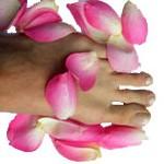 Fuß mit rosenblättern